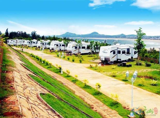 配备标准房车停靠位7个,设计帐篷露营营位150个,移动别墅(金沙小墅)9